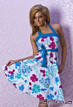 Sommerliches Kleid in blau/weiß