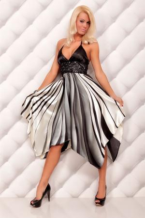 Kleid mit grafischen Streifen-Muster grau